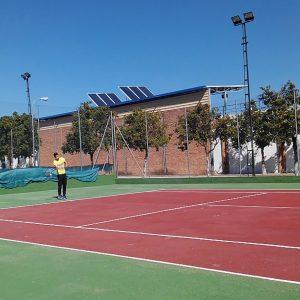 Manu disfruta jugando al tenis